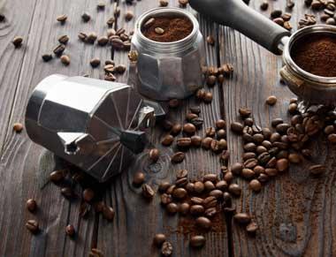 preparando café en inducción